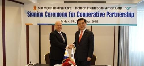 仁川空港公社の鄭日永社長(右)とサン・ミゲルのラモン・アン会長(左)が23日、了解覚書(MOU)を締結した。(写真提供=仁川空港公社)
