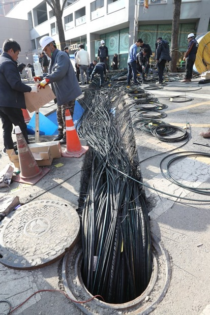 26日、ソウルKTアヒョン支社付近で通信網の復旧作業をするKT関係者。