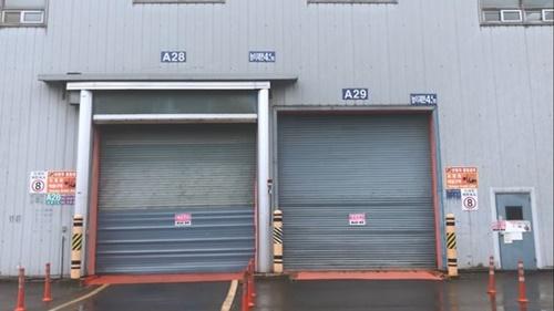 「立入禁止、出入口閉鎖」という警告文が貼られて封鎖された韓国GM群山工場組立工場の出入り口。