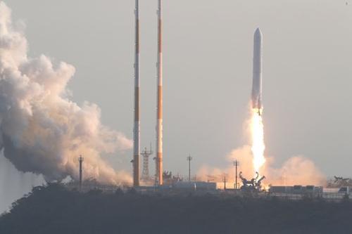 韓国型ロケット(KSLV-2)「ヌリ号」のエンジン試験用ロケットが28日午後、全羅南道高興の羅老宇宙センターから打ち上げられている。この日打ち上げられたロケットは、韓国型ロケット「ヌリ号」に搭載される75トン級液体エンジンの性能を検証するための「試験用ロケット」だ。(写真共同取材団)