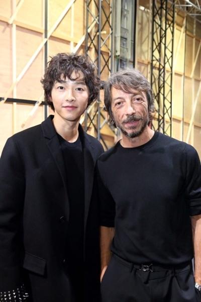 俳優ソン・ジュンギ(左)とピエールパオロ・ピッチョーリ氏