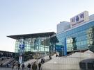 ソウルの玄関口である「ソウル駅」は、旅のはじまりや終わりに必要なことの大半が揃う便利なスポットでもあります。