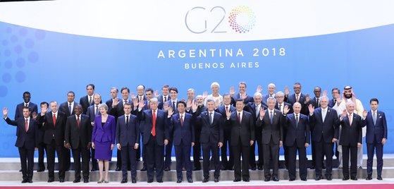 G20首脳会議に出席する文在寅大統領と各国首脳が30日午後(現地時間)、アルゼンチンの首都ブエノスアイレスで開催される首脳会議の開幕式で記念撮影をしている。(写真=青瓦台写真記者団)