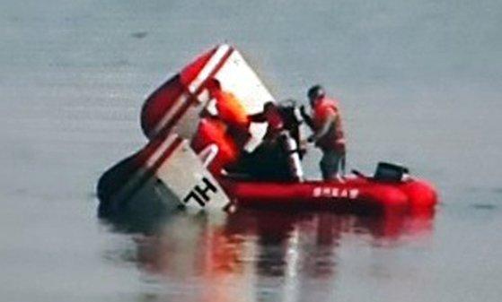 1日午前、京畿道九里市の江東大橋近くの漢江にヘリコプターが墜落し、消防当局が救助作業をしている(写真=九里消防署)
