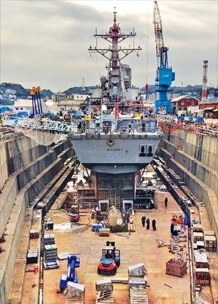 米海軍駆逐艦バリーが横須賀海軍基地内のドライドックで修理を受けている。東京から車で1時間ほど南に走れば到着する横須賀海軍基地には米軍と軍務員1万7500人、日本人労働者8500人の2万6000人が常駐する。