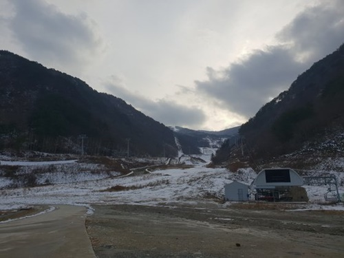 最近降った雪で江原道旌善郡北坪面のアルペン競技場が白く雪化粧しているが、スロープに上がるリフトは止まったまま放置されている。