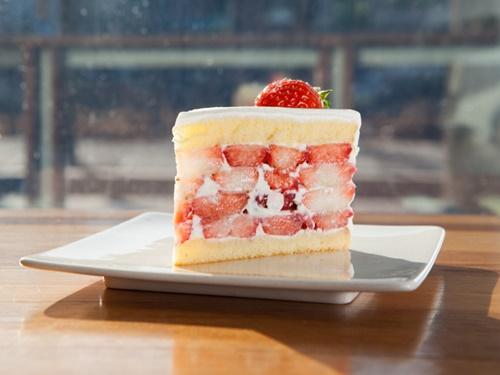幾重にも重なるいちごが魅惑的なケーキは、大邱(テグ)発の隠れ家カフェ「COFFEE MYUNGGA」の名物。このケーキを食べるために海外から足を運ぶファンも多いとか。