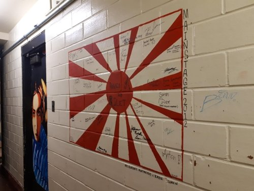 カナダ・トロントのエトビコ芸術高校の廊下の壁に描かれていた旭日旗(写真提供=カン・ミンソさん)