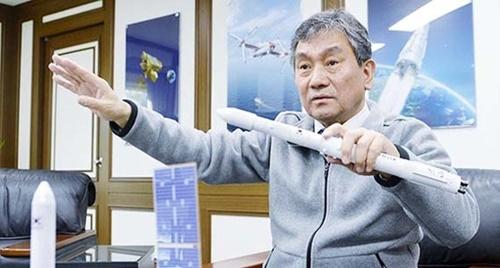 韓国航空宇宙研究院の林チョル虎(イム・チョルホ)院長が韓国型ロケットと気象衛星「千里眼2A」の模型を手に開発過程を説明している。試験用打ち上げに成功したロケットは3段式ロケットの韓国型ロケット「ヌリ」の2段目の部分だ。
