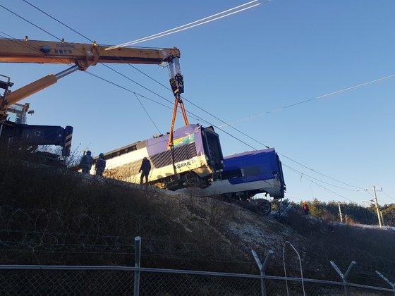 KTX列車脱線事故が起きた8日、事故現場で関係者らが起重機を動員し復旧作業をしている。