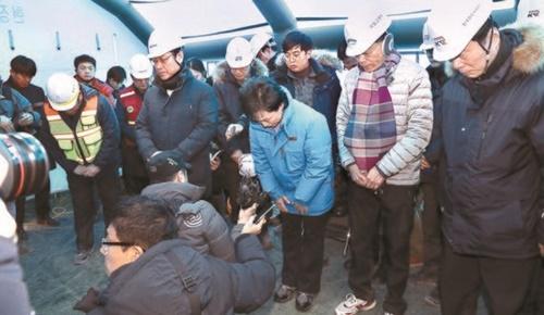 韓国国土交通部の金賢美(キム・ヒョンミ)長官(中央)が9日、江陵線KTX列車事故の復旧現場を訪れて「このような事故が再び発生して国民の皆様に心よりお詫び申し上げる」と陳謝している。左はKORAILの呉泳食(オ・ヨンシク)社長。