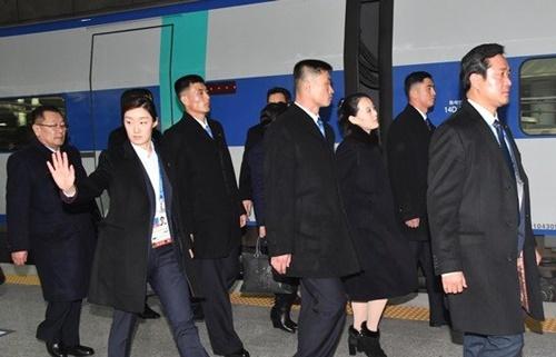 北朝鮮の金正恩労働党委員長の妹金与正労働党中央委員会第1副部長を含む代表団が2月に専用機に乗り仁川空港に到着し平昌冬季五輪出席のためKTXに搭乗している。(写真=青瓦台写真記者団)