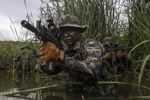 韓国の海兵捜索隊が敵陣を偵察する訓練をしている。(写真=海兵隊)