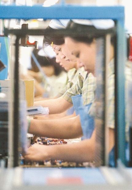 中国天津のサムスン電子工場生産ラインで職員が部品を組み立てている。(中央フォト)