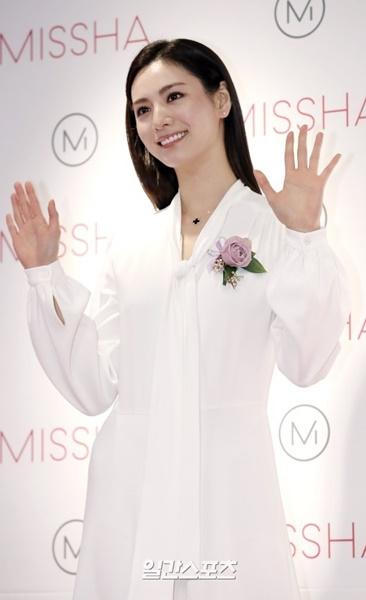 13日午後、ソウル明洞で行われた化粧品ブランドのオープン行事に登場した歌手のナナ。