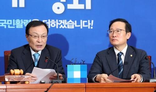 共に民主党の李海チャン代表(左)が17日午前、国会で開かれた最高委員会議に参加して発言している。