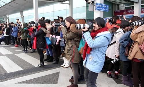 仁川空港でアイドルグループの写真を撮影しようと長蛇の列に並ぶファン