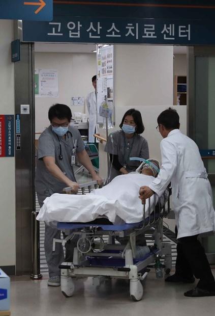 江陵牙山病院の医療スタッフが18日夜、江陵のあるペンションで意識を失って倒れたソウルの大成高生徒らの高圧酸素治療を終えた後、回復室に移している。