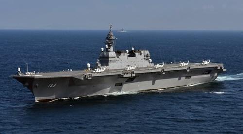 日本海上自衛隊の護衛艦「いづも」(DDH-183)。日本政府は「いづも」にステルス戦闘機「F35B」を運用できるように改造する計画だ。また、論争を意識して「多用途運用護衛艦」と呼ぶことにしている。(写真=日本海上自衛隊)