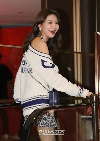21日午前、ロッテ免税店明洞本店で開かれた「シャネル・ル・ルージュポップアップ」オープン記念イベントに参加した女優のスヨン。