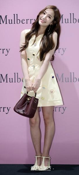 21日午後、ソウル松坡区ロッテ「AVENUEL」蚕室店で開かれた英国ブランド「マルベリー」のフォトイベントに参加した女優のパク・ミニョン。