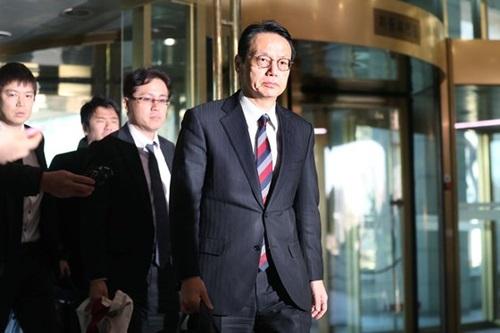 外務省の金杉憲治アジア大洋州局長(右)が24日午後、韓日外交局長協議に出席するため韓国外交部庁舎に入っている。
