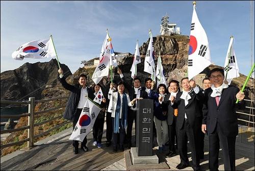 10月22日、独島を訪問した韓国の国会議員(写真=国会写真取材団)