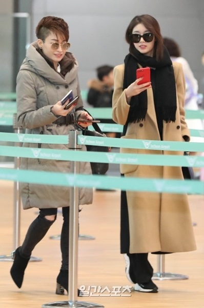 27日午前、仁川国際空港に母親と一緒に登場したT-ARAのジヨン(右)。