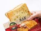 アツアツが美味しい具沢山の「韓国トースト」は、韓国旅行中の定番朝食メニュー。鉄板で焼いてくれるトースト専門店は大人気ですが、それを再現したコンビニの「韓国トースト」もおすすめです!