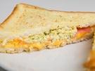 甘いフレンチトーストは塩気のきいた具材と相性ばっちり!卵焼きが入っていることが多い「韓国トースト」ですが、「ハムチーズエッグトースト(2,200ウォン)」にはサンドイッチのように卵サラダが入っています。