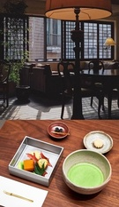 木製の窓の桟や竹などであたたかい雰囲気を演出している珈琲島新論硯店。(写真上=珈琲島)JWマリオットホテルソウルの和食レストラン「Tamayura」にあるティーバーの茶と茶請け。(写真下=JWマリオットホテルソウル)