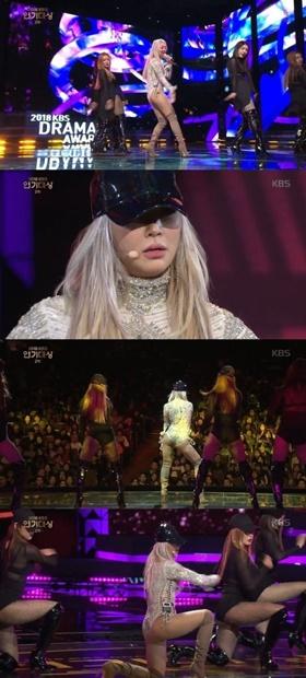 グループSISTAR出身の歌手ヒョリンが昨年12月31日、放送された「2018KBS演技大賞」で祝賀公演を行っている。(KBS番組キャプチャー)