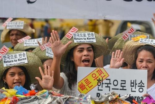 フィリピン環境運動団体約140団体からなる連合体「エコウェスト連合(EcoWaste Coalition)」所属環境運動家が先月28日、マニラ所在のフィリピン関税庁前で、「韓国産プラスチックゴミ」の早急な返送を促すデモを行った。(写真提供=グリーンピース)
