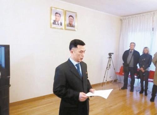 イタリア日刊紙記者が3日(現地時間)、自身のツイッターに公開したチョ・ソンギル在イタリア北朝鮮大使代理の昨年4月の様子。(写真=イタリア日刊紙「Il Foglio」記者のツイッター)