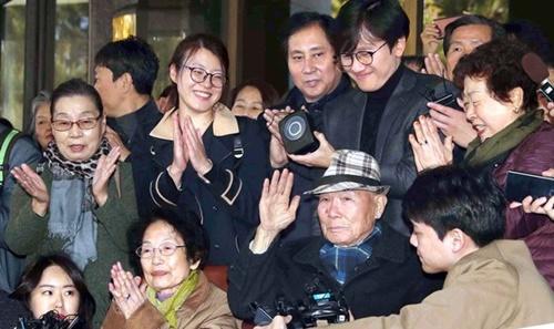 韓国大法院で強制徴用被害者判決が下された昨年10月30日、唯一の生存者であるイ・チュンシクさん(94)が手を上げて感謝の気持ちを表現している。