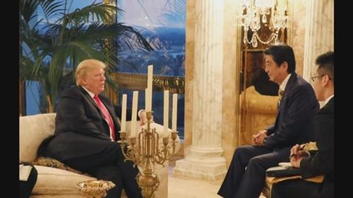 昨年11月23日(現地時間)、米ニューヨークのトランプタワーで会談する安倍首相とトランプ米大統領。(日本内閣広報室提供)