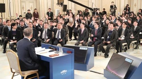 10日午前、青瓦台迎賓館で2019年新年記者会見を開いた文在寅大統領。(青瓦台写真記者団)
