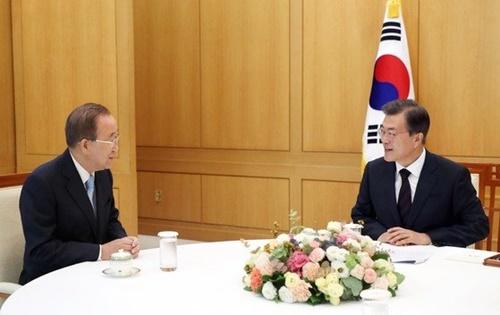 文在寅大統領が2017年9月、青瓦台で潘基文前国連事務総長と面会している。(写真=青瓦台提供)