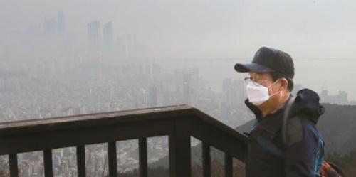 13日、釜山市海雲台と広安里一帯が粒子状物質(PM2.5)でかすんで見えている。