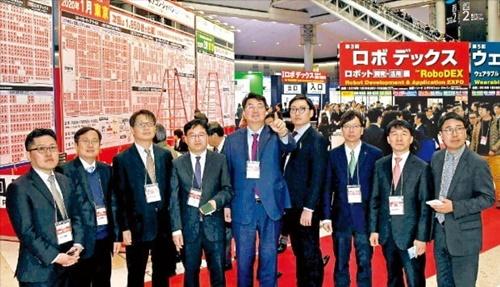 韓国経済新聞特別取材チームは16日から18日まで日本最大の見本市会場である東京ビッグサイトで開かれた先端技術展を視察した。自動運転車、ロボット、工場自動化などを主題に韓国COEXの2.6倍の展示スペースで開かれた見本市には日本国内外から13万人以上の企業家が集まった。
