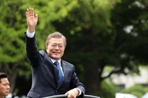 文在寅大統領が2017年5月10日、就任式を終えて市民に手を振ってあいさつしている。(中央フォト)