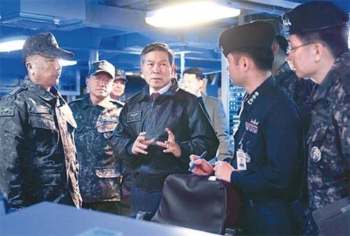 26日、釜山海軍作戦司令部を訪問して関係者と話をしている鄭景斗国防部長官(中央)。(写真提供=韓国国防部)