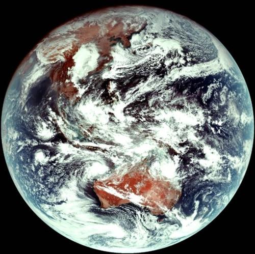 韓国人工衛星「千里眼2A」が地球静止軌道から撮影した地球の様子。千里眼1の白黒映像とは違ってカラー映像だ。(写真提供=韓国航空宇宙研究院)