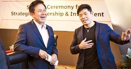 朴正浩SKテレコム社長(左)とアンソニー・タンGrab CEOが30日、ソウル乙支路のSKテレコム本社で合作会社Grab Geo Holdings設立協約を交わした後、話をしている。(写真提供=SKテレコム提供)
