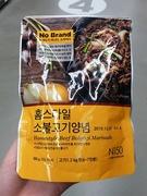 調味料コーナーは種類が豊富で、プルコギのタレなど、自宅で韓国料理を手軽に再現できる商品もあります。