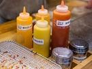 ここからの味付けはセルフサービス。4種類のソースと2種類のパウダーが置いてあるので、自分好みにアレンジすることができます。
