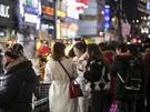 夜になると気温は零下になり、さらに寒さが厳しくなりますが、そんな中でもあったかグルメを楽しむ人がたくさん。