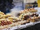 湯気が食欲をそそるホットバーや、優しい甘さが美味しいケランパンなど、幅広いメニューが揃っています。ホカホカの出来立てが楽しめるのも屋台グルメの魅力!