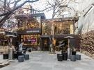 お店は4階建で、ブティックショップとカフェを併設。ランプや木の壁が、まるで小さな公園にいるかのような、おしゃれで落ち着いた空間を演出しています。
