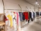 ブティックショップでは、コスメブランド「3CE」とのコラボでおなじみの「MAISON KITSUNE」の洋服や雑貨などを販売。カフェ店内でもマグカップやタンブラーなどの購入が可能です。